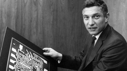Robert_Noyce_with_Motherboard_1959